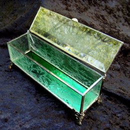 glue chip textured clear side bracelet box with beveled top, colored mirror bottom and filigree feet